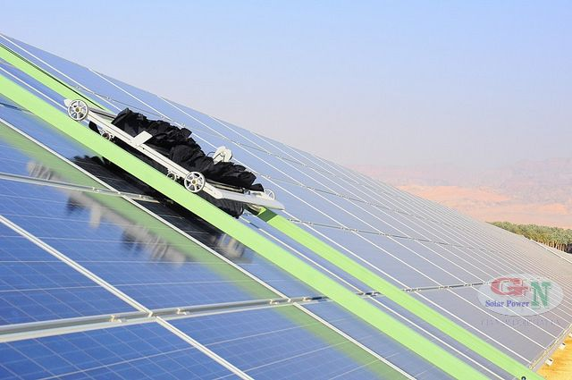 Bạn có thể điều khiển robots làm sạch tấm pin năng lượng mặt trời tự đồng hoặc theo ý muốn