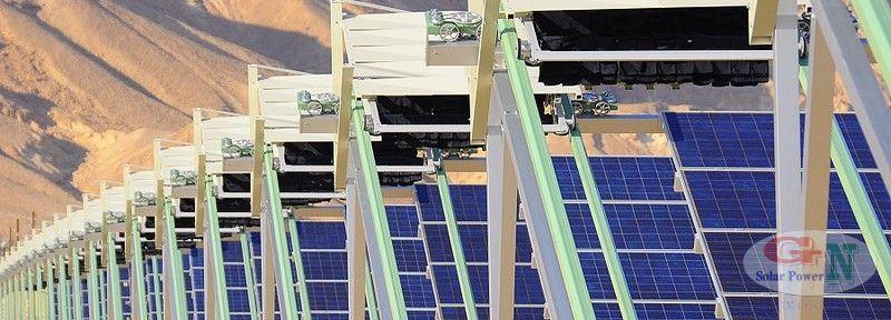 Các robot làm sạch bụi của 18.200 tấm pin mặt trời tại Ketura Sun mỗi tối.