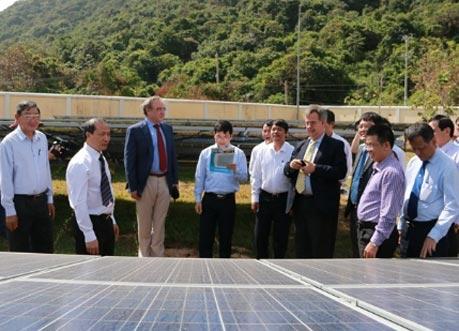 Các đại biểu tham quan nhà máy điện mặt trời với các tấm modul quang năng tại Côn Đảo. Ảnh: Nguồn NangluongVietnam.vn